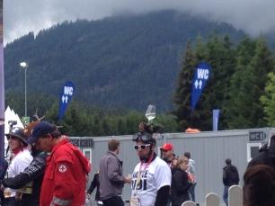 Fan mit Weinglas auf dem Kopf